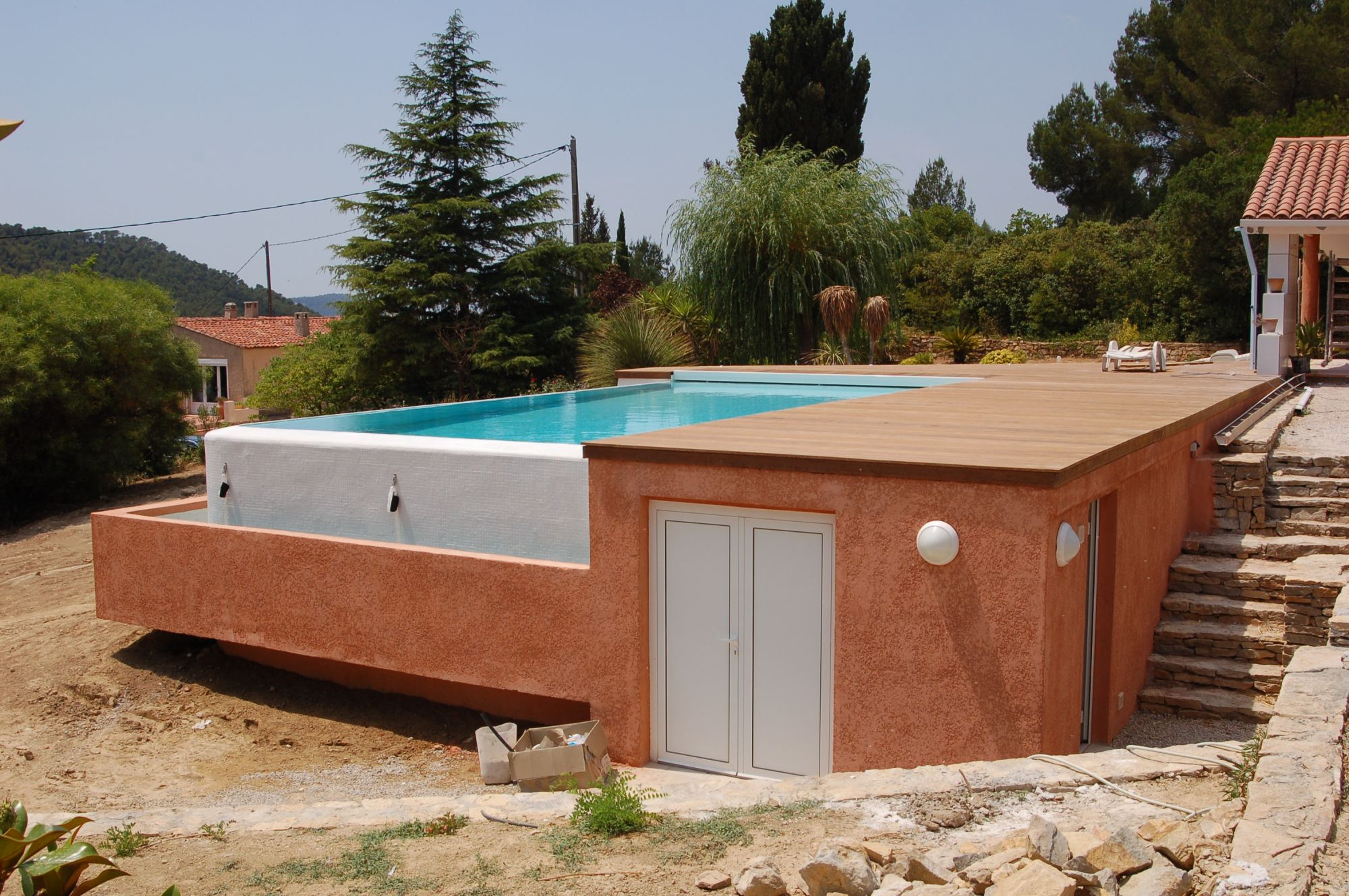 Construction d 39 une piscine d bordement dans le var for Plan de piscine a debordement